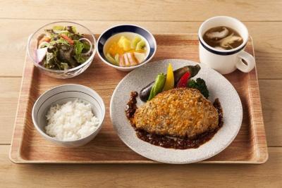 「ポークカツレツ フレンチ風マスタードソース」(1180円)。豚肉に下味を付けて全体の塩分量を抑えている。693kcal、塩分2.4g
