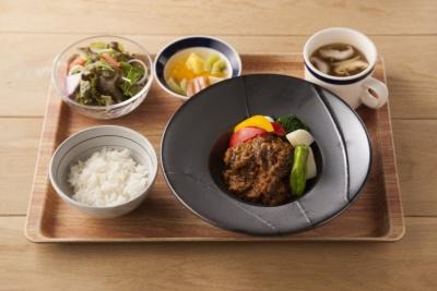 「じっくり煮込んだ香味野菜のビーフシチュー」(1400円)。塩こうじに漬けた牛もも肉を使用している。536kcal、塩分2.7g