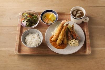 「エビフライ 自家製タルタルと野菜ソース」(1250円)。エビフライは揚げずに焼いており、タルタルソースにいぶりがっこを加えている。553kcal、塩分2.8g