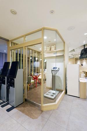 入口を入ってすぐの場所に、タニタの業務用体組成計のフラッグシップモデル「業務用マルチ周波数体組成計」(希望小売価格216万円)が設置されたカウンセリングルームがある。同食堂の利用者が無料で利用できる