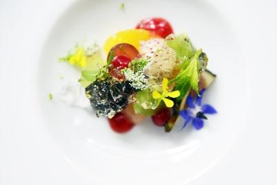 パリで注目される中山豊光シェフの日本初出店の店「RESTAURANT TOYO(レストラン トーヨー)」。懐石料理の美意識を感じさせる繊細なフレンチは女性に受けそう