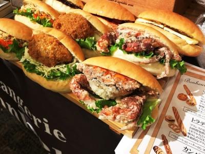 カレーパンが人気の三軒茶屋のベーカリー「boulangerie Bonheur(ブーランジェリー ボヌール)」(地下1階)。ソフトシェルクラブのフライを丸ごとはさんだコッペパンサンドなどユニークな商品も