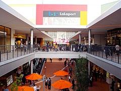 エキスポシティの入り口からショッピングゾーンまでの通路は、左側をオレンジ、右側をグリーンで統一。回遊性を高めるために、館内のいたるところで視覚効果の高いデザインを取り入れている