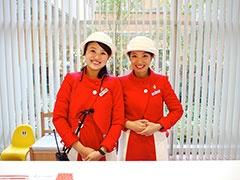 大阪万博のパビリオン「三井グループ館」で着用されたユニフォームを思わせるインフォメーションスタッフのユニフォーム