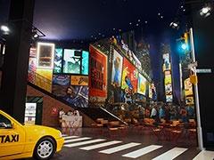 ニューヨークのタイムズスクエアを再現したスペースにはイエローキャブも展示