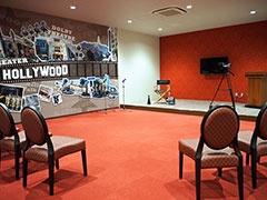 「ハリウッド」のシチュエーションルームでは、女優や俳優になりきって英語で演技指導を受けられる