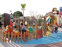 小さな子供たちに人気の高い屋外型のミニ遊園地「アニポ」には空中散歩を疑似体験できるアトラクションなどがそろう