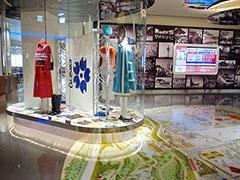 フードコートの入り口には、1970年の万博で着用されたユニフォームやパンフレットなどを展示。床にはエキスポ70のイラストマップが描かれ、壁には当時の新聞記事がデザインされている
