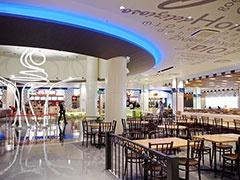 フードコート「フードパビリオン」の中央モニュメント。17店舗が並び、約1200席を収容