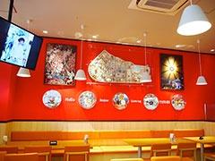 万博食堂の店内には当時の懐かしいグッズが展示されている