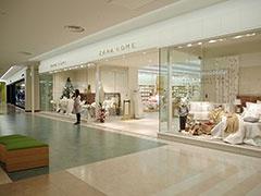 スペイン発のファストファッションブランド「ザラ」は、ワンフロア約2000平方メートルの店内に4万点を展開する。隣接するインテリア雑貨専門店「ザラホーム」はグランフロント大阪、ららぽーと和泉に続く3店舗目
