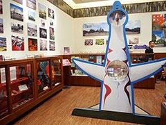 万博会場で展示されたオブジェなどが見られる、吹田市の情報発信拠点「インフォレストすいた」。太陽の塔や万博グッズ、岡本太郎グッズも販売