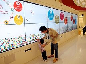 イベントステージを備えた「光の広場」には幅8メートルのタッチ式大型ディスプレイを導入