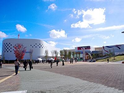 大阪モノレール「万博記念公園駅」から徒歩2分。甲子園球場4.5個分に当たる17万2000平方メートルの敷地に、8つの大型エンタテインメント施設と305店舗が入居する「ららぽーとエキスポシティ」がある