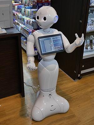 人気のロボット「Pepper」が6台配置され、フロア案内をしてくれる