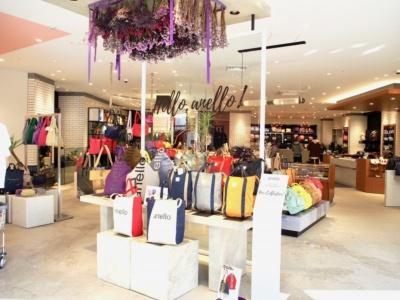 専門店への卸し事業を展開してきたアネロにとって初の直営店。リュックを中心にトート、ショルダー、ボストン、メッセンジャー、クラッチ、財布など、アネロブランドだけで500点以上をそろえる