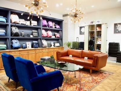 店内奥の小上がりスペースにビンテージ家具を置くなど、質感と遊び心にこだわった内装で、ゆっくり買い物を楽しめる空間を演出