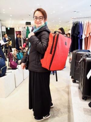 バンコクの女性は「アネロのリュックはポケットが多く、多機能なのでトラベルに便利」と笑顔で答える