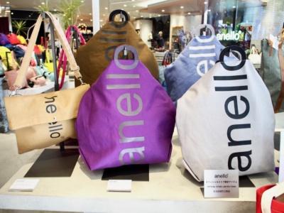 オープン以来、好評なのが、コットンキャンバスを使ったロゴプリントの2ウェイトートバッグ。旗艦店とオンライン限定カラーは4色。3500円