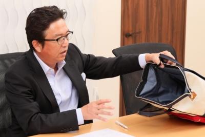 「リュックの上部がガバッと開くので哺乳瓶などを取り出しやすく、前面のポケットも大きめで使いやすい」と吉田社長