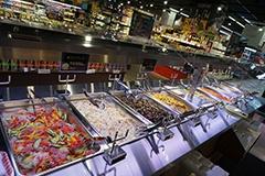 「ブルーミングブルーミー」初導入の総菜バイキング、サラダバー。30種類以上をそろえ、少量から買える