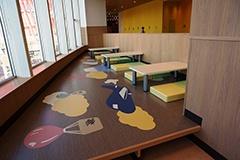 フードコートのキッズゾーンには子供向けのテーブルや椅子、洗面台が並ぶ