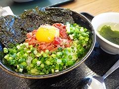 立川駅北口の人気焼き肉店「和」が丼物の新業態で出店。牛丼もおすすめだが、ユッケ風の「ローストビーフ丼(スープ付き)」(税込み980円)もクセになりそうな味