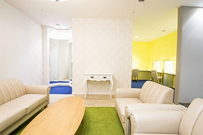 2階中央部に設置された女性専用のスイートバスルームには、ソファに掛けて友人を待つことができる快適な待合室がある