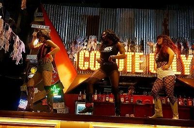 オープン直前の内覧会では、米国から来日したダンサーたちとともに、オーディションで選出されたコヨーテガールが激しいパフォーマンスを披露した