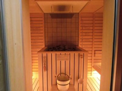 本場・フィンランドにならったサウナ「ロウリュ」。サウナの中心に熱したサウナストーンが置いてあり、水をかけて蒸気浴を楽しむという