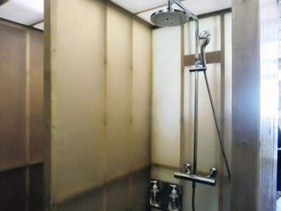 シャワーブースも設置されている
