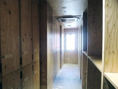 女性用宿泊フロアのロッカースペース。右側の棚にはスーツケースも置ける