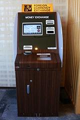 フロントには12カ国の通貨に対応できる外貨両替機がある