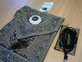フロントに申し込むと無料で貸してくれるムスリムの礼拝キット