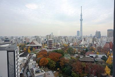 13階の「プレミアムビュールーム」(27平米・30平米、2万2000円~)の窓からは浅草寺とスカイツリーが間近に見える