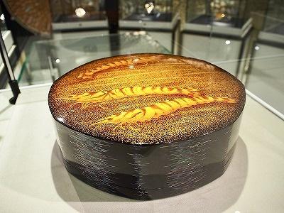 陶芸家で人間国宝の室瀬和美氏の蒔絵(まきえ)作品を展示販売