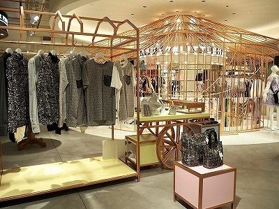 原宿ファッションの隣に、デザイナーブランド「アンリアレイジ」を配置するなど、日本では見られない試み