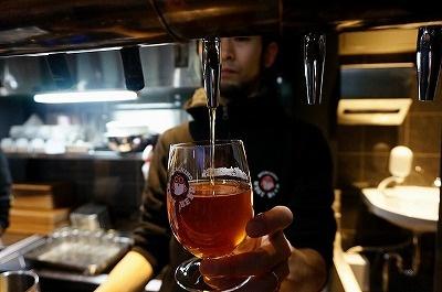 入り口近くにあるタンクのビール(カスクエール)は炭酸ガスを注入しないサー バーを使用するので、ビール本来の炭酸を味わえる