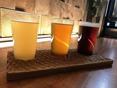 「テイステイングセット」(税込み980円)。左から、「ホワイトエール」、茨城県産の福来みかんと柑橘風味のホップで醸造したフルーツビール「だいだいエール」、焙煎した麦芽を使用した苦みとコクが特徴の「アンバーエール」