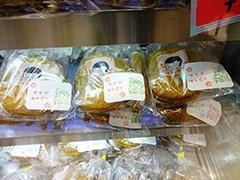 「笹田蒲鉾店」(徳島県)が東京初出店。前日にさばいて加工し、手作業で成型した魚を、翌朝の航空便で運んで販売している。カレー味の「フイッシュフライ」(2枚で税込み160円)は地元ではおやつや弁当のおかずの定番だという