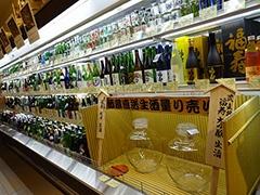 隠れた地方のグルメ約1500点をそろえる「蔵」は珍しい食品の宝庫。種類豊富な日本酒コーナーには日本人が受賞したときにノーベル賞の晩餐会で出される酒も