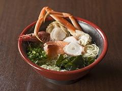 1階にある鮮魚店の新鮮な魚を使用した海鮮ラーメンが売りの「海鮮若狭丸」(4階)