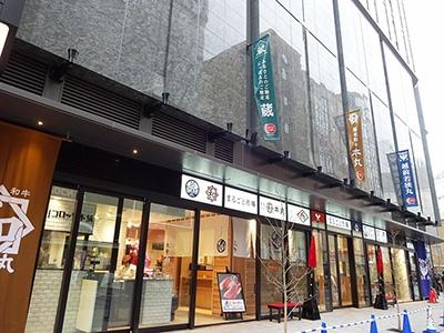 目玉は物販店が22店集まった1階の「にっぽんの食市場 楽市(らくいち)」