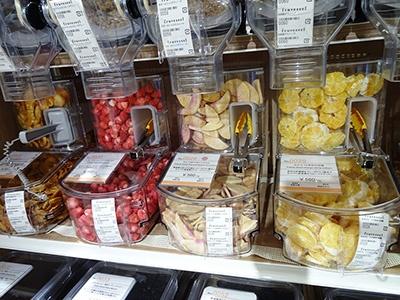 「Fruveseel(フルベジール)」(1階)は国産のドライフルーツや野菜チップ、グラノーラを量り売りで販売。スイカ、柿など珍しいドライフルーツが多い