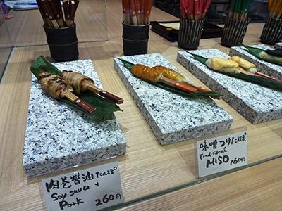 秋田の郷土料理・きりたんぽをアレンジした「KOMETANPO(こめたんぽ)」(1階)