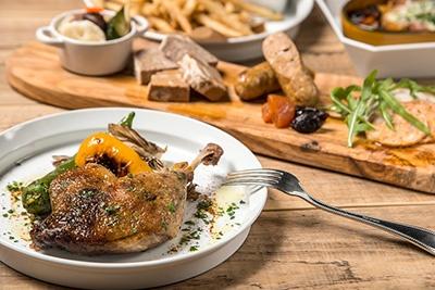 ディナーにはボリュームのある料理も多い。いずれも野菜がたっぷり使用されたヘルシーなメニュー