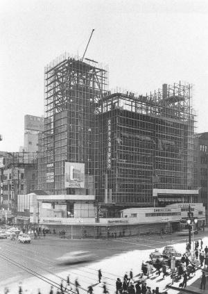 建設中のソニービルの様子。1965年の写真だ