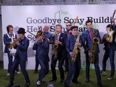ソニーの平井一夫社長(中央)と東京スカパラダイスオーケストラが共演して最終日を飾った