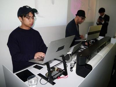 UX Loungeでは、サウンドアーティストの大黒淳一さん(右)とアートディレクターのPATANICさんが、ソニーのプロジェクターやスピーカーを使いながら盛り上げた