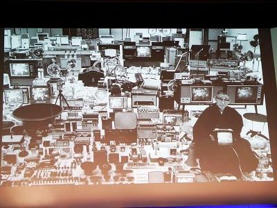 1964年にLIFE誌に掲載された松下幸之助氏と数々のパナソニック商品が並ぶ写真